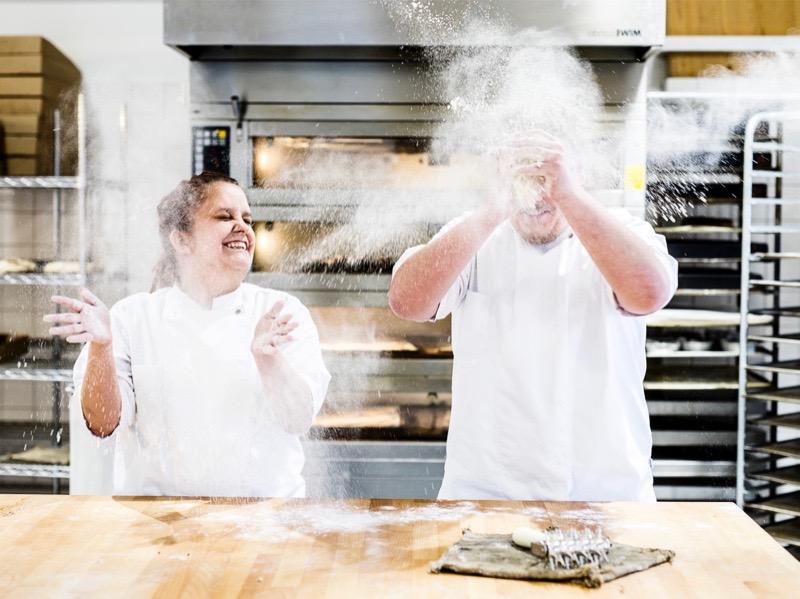 Elev og bager i Det Økologiske Bageri