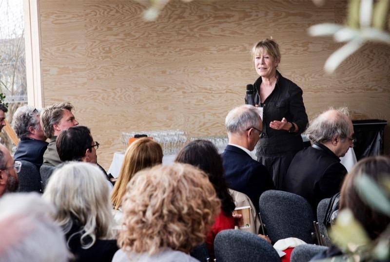 Direktør for Grennessminde, Hanne Danielsen, taler ved konference